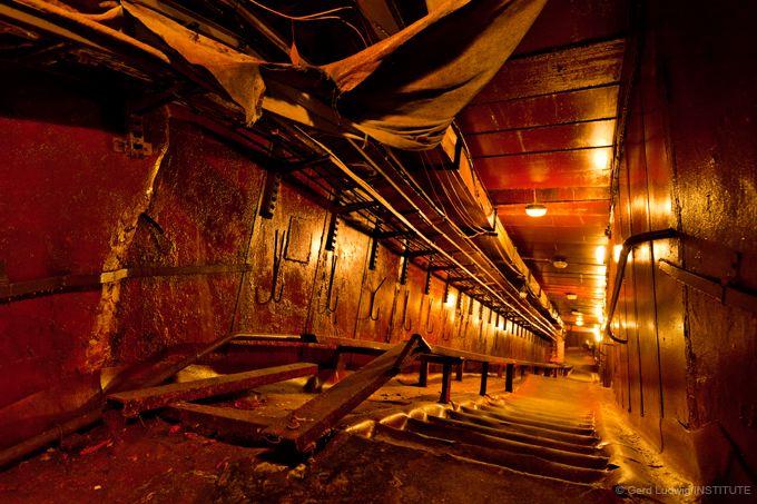 Ein obskurer Aufgang erlaubt den Arbeitern einen schnelleren Zugang ins Innere