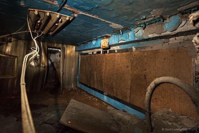 Eine rostige Uhr in einem Raum im Reaktor #4 zeigt die Zeit der Explosion am 26. April 1986